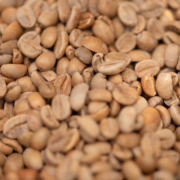 平らなコーヒー豆と、まん丸のコーヒー豆。