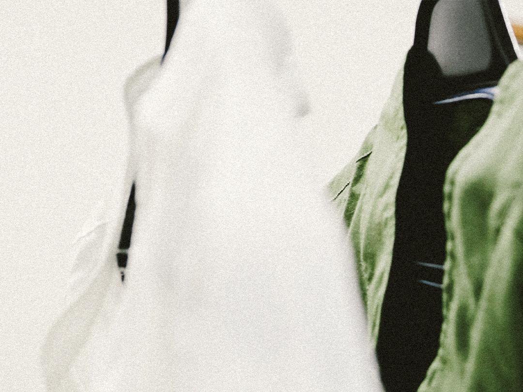 白シャツの私。 黒シャツの私。 色で、自分のイメージをつくる。