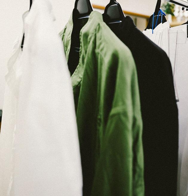 白シャツの私。黒シャツの私。色で、自分のイメージをつくる。