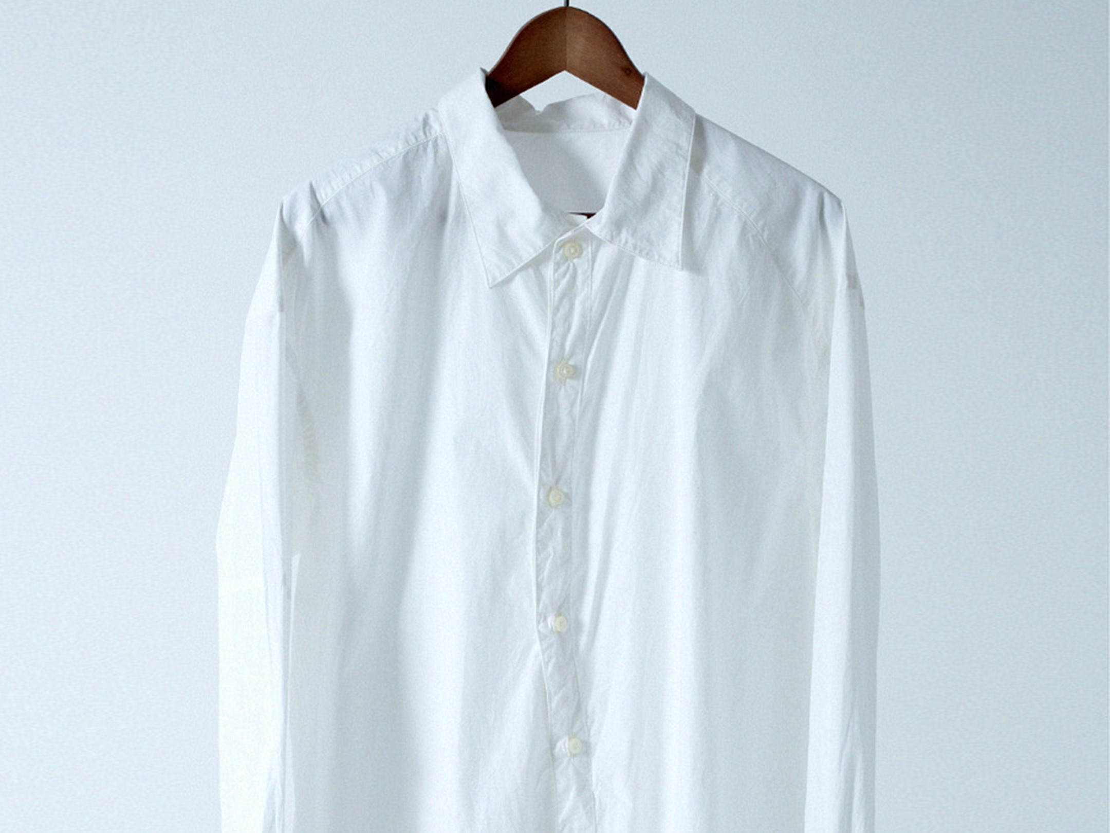 Yシャツの下に肌着を着る? 着ない? どちらが正解でしょうか。